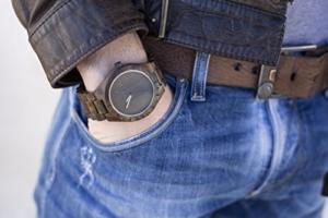 LAiMER Holzuhr BLACK EDITION - Herren Armbanduhr aus 100% Sandelholz für einzigartigen Tragekomfort und Lifestyle - natürlich, federleicht, Südtirol - ein Meisterstück Natur -