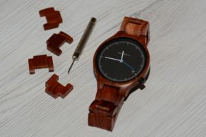 Holzuhr Armband anpassen