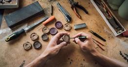 Holzuhr Armband anpassen Zelus Von Ovi Watch, Hochwertige Handgefertigte Uhr aus Nussbaumholz mit Mandala-Symbolen, Schweizer Uhrwerk & Saphir Glas - 4
