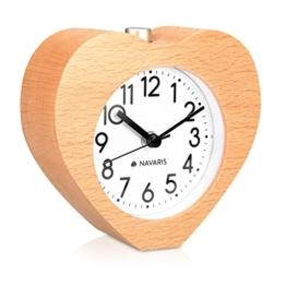 Navaris Analog Holz Wecker mit Snooze - Retro Uhr im Herz Design mit Ziffernblatt Alarm Licht - Leise Tischuhr ohne Ticken - Naturholz in Hellbraun - 1