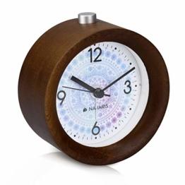 Navaris Analog Holz Wecker mit Snooze - Retro Uhr Rund mit Design Ziffernblatt Alarm Licht - Leise Tischuhr Ohne Ticken - Naturholz in Dunkelbraun - 1